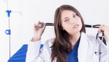 Lekarz dermatolog ze Świecia trzymający w ręku stetoskop - symbol lekarski